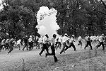 Киргизская милиция применила слезоточивый газ и светошумовые гранаты против сторонников оппозиционного лидера Урмата Барыктобасова, собравшихся у блокпоста в пригороде Канта (фото: Reuters)