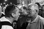 Набожные поклонники Качиньского и участники молодежного хэппенинга демонстрировали разный стиль ночной жизни Варшавы. Спустя месяц после выборов, завершившихся с результатов 52% на 48%, Польша остается расколотым пополам обществом (фото: PAP/Radek Pietruszka)