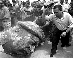 9 апреля 2003 года ликующие толпы сбросили памятник Саддаму Хусейну (фото: Reuters)