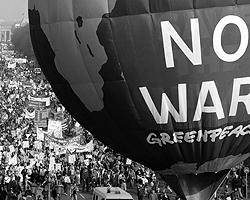 Накануне войны по всему миру прошли не тысячные – миллионные! – демонстрации против войны (фото: Reuters)