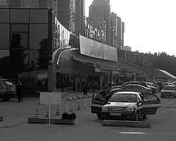 Машина ЧОПа на фоне гипермаркета