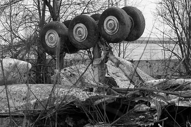 Фрагменты разбившегося Ту-154 на месте катастрофы под Смоленском