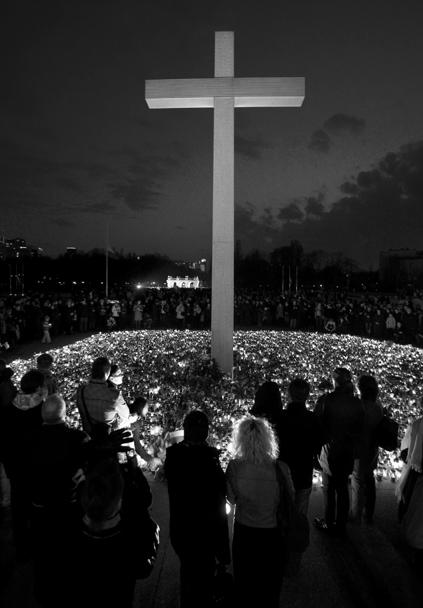 Крест памяти Леха Качиньского в центре Варшавы