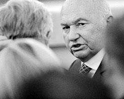 В 2008-м году Лужков уже подавал президенту Медведеву прошение об отставке, но тогда это прошение не было принято. Потому что отставка Лужкова на ровном месте привела бы к неминуемому перекосу вертикали (фото: ИТАР-ТАСС)