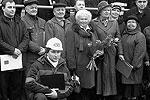 "Дочь адмирала Горшкова Елена (на фото - с цветами) участвовала в церемонии <a href = ""http://vz.ru/society/2010/10/29/443517.html"" target = ""_blank"">Подробности</a>(фото: Денис Нижегородцев/ВЗГЛЯД)"