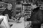 В одном из магазинов Южно-Курильска Дмитрий Медведев купил себе местной соленой корюшки на 500 рублей  (фото: ИТАР-ТАСС)