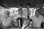 Председатель Совета Министров РФ Виктор Черномырдин играет на гармони в кругу своих родных во время отдыха в селе Черный Отрог Оренбургской области в 1993 году (фото: ИТАР-ТАСС)