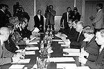 3 октября 1996 года в доме правительства РФ состоялись переговоры делегаций федеральных властей и чеченских сепаратистов, которые возглавляли тогдашний председатель правительства России Виктор Черномырдин и лидер самопровозглашенной Республики Ичкерия Зелимхан Яндарбиев (фото: ИТАР-ТАСС)
