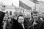 Ярослав Качиньский в это самое время, как и каждый месяц, возложил вместе со своими соратниками венок у президентского дворца (фото: Reuters)