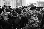 В результате беспорядков ранения получили восемь сотрудников милиции, заявил глава московской милиции Владимир Колокольцев. Было задержано более 60 участников беспорядков, наутро все были отпущены (фото: ИТАР-ТАСС)