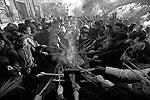 Ритуальное зажигание курений и свечей (фото: Reuters)
