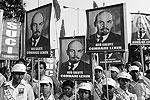 В руках у представителей движения SUCI были портреты Ленина, а на груди – повязки с надписью Komsomol