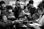 В зонах бедствия в районе Фукусимы начались проблемы с едой и водой (фото: Reuters)