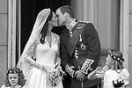 Уильям и Кэтрин скрепили союз поцелуем на балконе Букингемского дворца (фото: Reuters)
