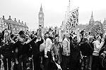 Жители Лондона и гости столицы горячо приветствовали молодоженов (фото: Reuters)