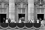 Вернувшись на карете в Букингемский дворец, принц Уильям и Кейт Миддлтон скрепили свой союз поцелуем (фото: Reuters)