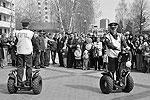 Полицейские на экологичных сигвеях смогут патрулировать улицы и парки, передвигаясь со скоростью бегущего человека (фото: nabchelny.ru)