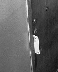 Представитель социальных служб района вложил в дверь квартиры Перельманов конверт с предложением оказать помощь престарелой матери математика (фото: Денис Нижегородцев)