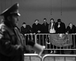 Сцена из спектакля «Отморозки» - похоже на кадр из жизни (фото: ИТАР-ТАСС)