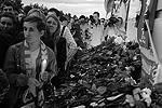 К ярославскому спортивному комплексу «Арена-2000», где тренируется «Локомотив», потрясенные трагедией горожане несут цветы и свечи (фото: ИТАР-ТАСС)