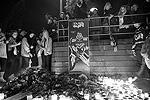 В Шведском Йёнчёпинге также скорбят по жертвам крушения. Место поминания организовали поклонники команды HV71, бывший вратарь которой Стефан Лив погиб в авиакатастрофе (фото: Reuters)