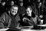 Дмитрия Медведева сопровождал министр обороны России Анатолий Сердюков, они живо обсуждали происходящее на полигоне Чебаркуль (фото: ИТАР-ТАСС)