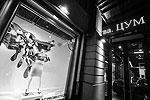 В ЦУМе заявляют, что проект является тонкой гранью между акробатикой и «тем, что актуально во все времена при любой погоде, как одежда в классическом стиле» (фото: ИТАР-ТАСС)
