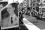 На плакатах в руках митингующих призывы к укреплению единства Сирии перед лицом враждебных происков. Некоторые из них пришли в футболках с фотографией Асада и надписью «Мы любим тебя». Многие участники держат в руках сирийские флаги и экземпляры конституции страны (фото: Reuters)