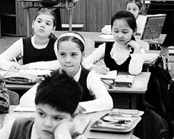 Дети не всегда задумываются о том, почему им приходится учится рядом с сауной (фото: ИТАР-ТАСС)