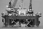 Платформа с кранами, которые производят укладку труб на дно Балтийского моря. Маршрут газопровода пролегает, насколько это возможно, как прямая линия и при этом скорректирован с учетом определенных зон, таких как экологически чувствительные зоны, участки захоронения химического оружия, военные зоны, важные навигационные маршруты и другие (фото: ИТАР-ТАСС)
