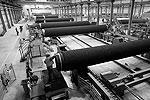 Апрель 2010. Рабочие завершают подготовку труб к использованию на заводе в городе Мукран, что на острове Рюген в Балтийском море. (фото: Reuters)