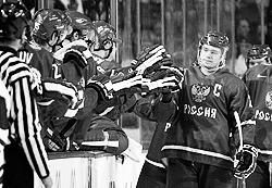 На новый молодежный чемпионат мира Евгений Кузнецов  (справа) поехал уже в качестве капитана и почти состоявшейся звезды  (фото: ИТАР-ТАСС)