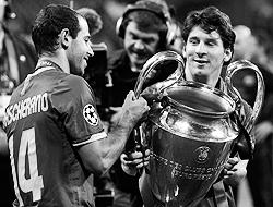 Барселонские аргентинцы  Хавьер Маскерано (слева) и Лионель Месси с Кубком чемпионов в руках  (фото: Reuters)