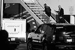 Полицейские поднимаются в номер Хьюстон (фото: Reuters)