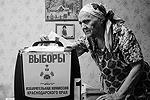 В выборах приняли участие даже те люди, которые не смогли прийти на избирательные участки: для них были оборудованы передвижные урны для голосования (фото: Reuters)