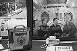 Российский экипаж МКС проголосовал на президентских выборах через доверенное лицо. Бюллетень в урну опустили в присутствии членов избирательной комиссии. Доставлять урну на орбиту было бы слишком долго и дорого, и космонавты вошли в положение ЦИКа (фото: Reuters)