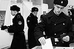 Моряки ВМФ проголосовали в Севастополе (фото: Reuters)