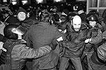 Разные страны имеют разные законы относительно того, как именно и в каких случаях полиция имеет право применять силу при проведении населением массовых акций протеста. В России полиция имеет право задержать протестующих, вышедших на несогласованные акции (на фото – сотрудники правоохранительных органов задерживают участников митинга «Стратегия-31» на Триумфальной площади в Москве)