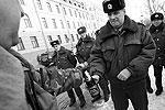 """В начале митинга полицейские задержали одного из участников, обзывавшего сотрудников правоохранительных органов. К концу митинга, после составления на него протокола за оскорбление, мужчина был отпущен <a href = """"http://vz.ru/news/2012/3/15/568559.html"""" target = """"_blank"""">Подробности</a>(фото: ИТАР-ТАСС)"""
