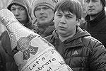 """Митингующие держали в руках надувные шары в виде бутылок шампанского, венок и пустые бутылки из-под шампанского. Они скандировали лозунги о расформировании местной полиции и требовали отставки главы МВД республики <a href = """"http://vz.ru/news/2012/3/15/568559.html"""" target = """"_blank"""">Подробности</a>(фото: ИТАР-ТАСС)"""