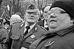 Некоторым ветеранам «Ваффен СС» приходилось опираться на локоть молодых сторонников, чтобы пройти весь марш