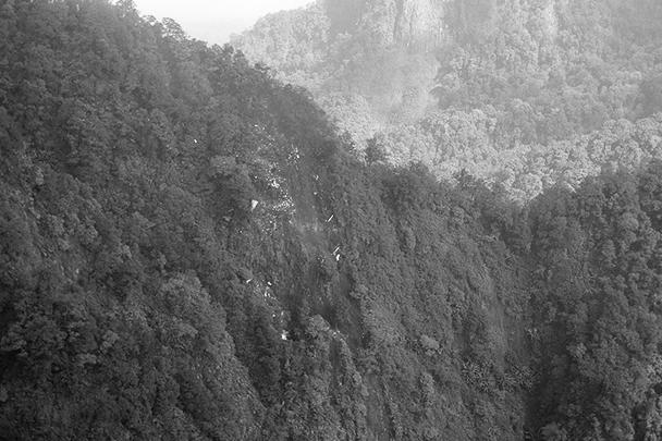 Первое фото с места крушения самолета - он врезался в склон горы Салак