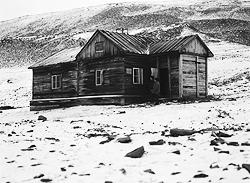 Архипелаг Шпицберген, расположенный в Северном Ледовитом океане. Дом, в котором в 1912-1913 годах жил и работал полярный исследователь Владимир Русанов (фото: РИА