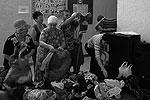 Жители в администрации города Крымска выбирают одежду, привезенную волонтерами (фото: Максим Мищенко / twitter.com/tagan77)