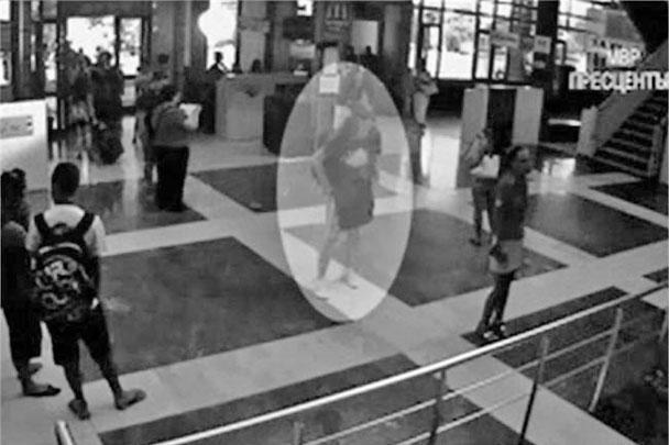 Кроме того, болгарские полицейские обнародовали запись с видеокамеры в аэропорту Бургаса, в объектив которой попал предполагаемый террорист-смертник, взорвавший автобус с туристами. В полиции также подчеркнули, что мужчина имел при себе поддельные американские водительские права