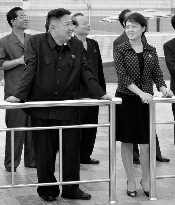 Лидер КНДР Ким Чен Ын женился. На фото – он со своей избранницей, о которой официально не сообщается ничего, кроме ее имени: Ли Суль Чжу