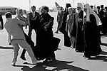 Когда Патриарх вышел из самолета, одна из топлес-активисток подбежала к нему и начала кричала «Изыди вон!» (фото: Reuters)