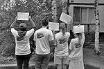 Мини-плакаты с правильными моральными установками для приезжих расклеивали по Фрунзенскому району по заданию администрации сотрудники молодежных организаций (фото: пресс-служба Фрунзенского района СПб)