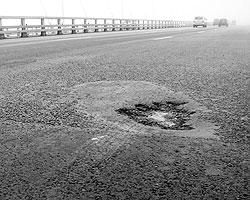 Яма на мосту через бухту Золотой Рог (фото: primamedia.ru)