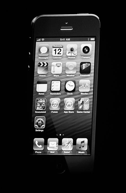 Новая модель iPhone представлена корпорацией Apple. iPhone-5 стал на 20% легче предшественника, получил экран с повышенным разрешением и вдвое более мощный процессор